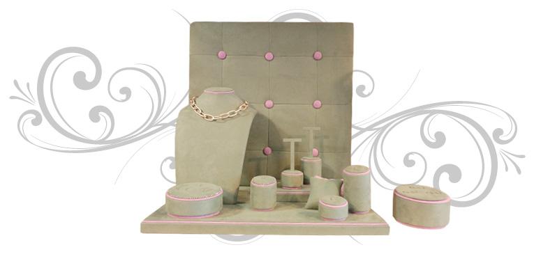 EScaparate de joyería romántico y actual, con piezas de taquería redondeadas y un detalle en strass