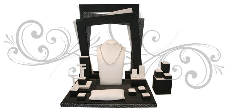 Escaparate de joyería Shapes, con una trasera en forma de marcos múltiples y deferentes piezas de taquería