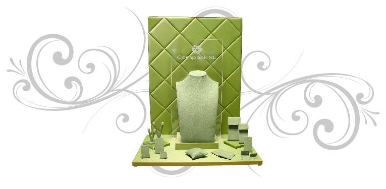 Escaparate de joyería compuesto por una base y una trasera e incluye expositores en diferentes formas y tamaños